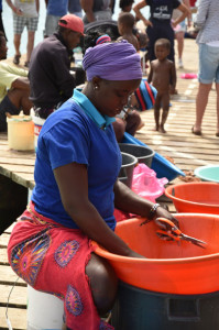 Kvinna rensar fisk